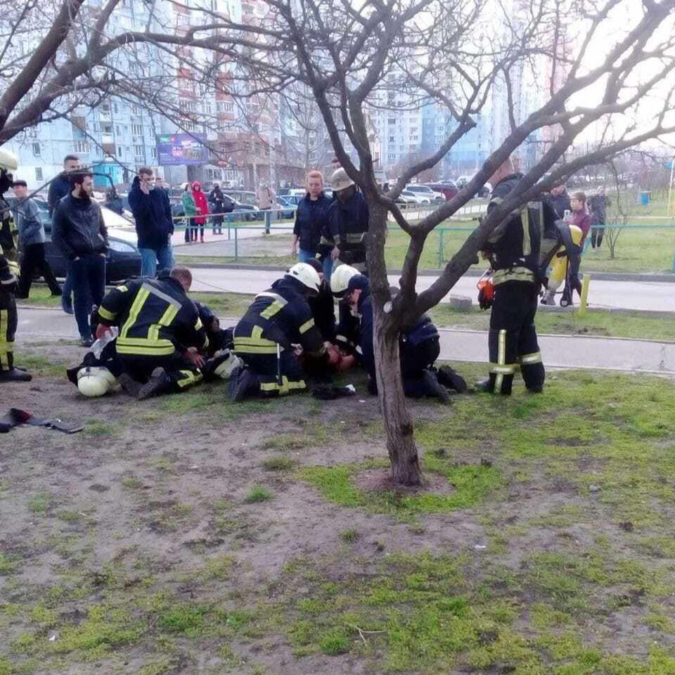 Спасатели и полицейский реанимируют мальчиков