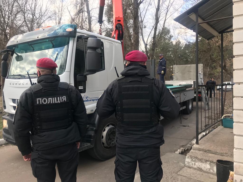 Комунальники знесли паркан на ділянці, де поліція проводила слідчі дії