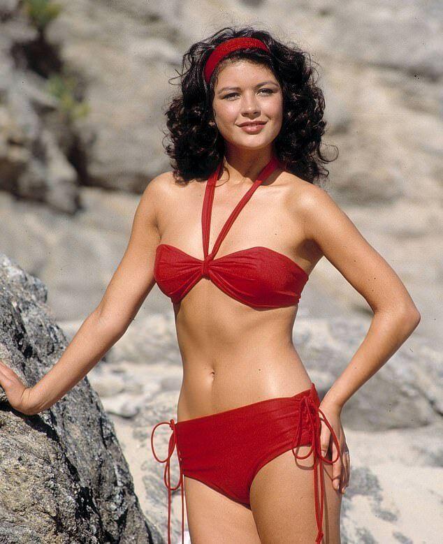 Кетрін Зета-Джонс у червоному бікіні для телешоу 1990-х років.