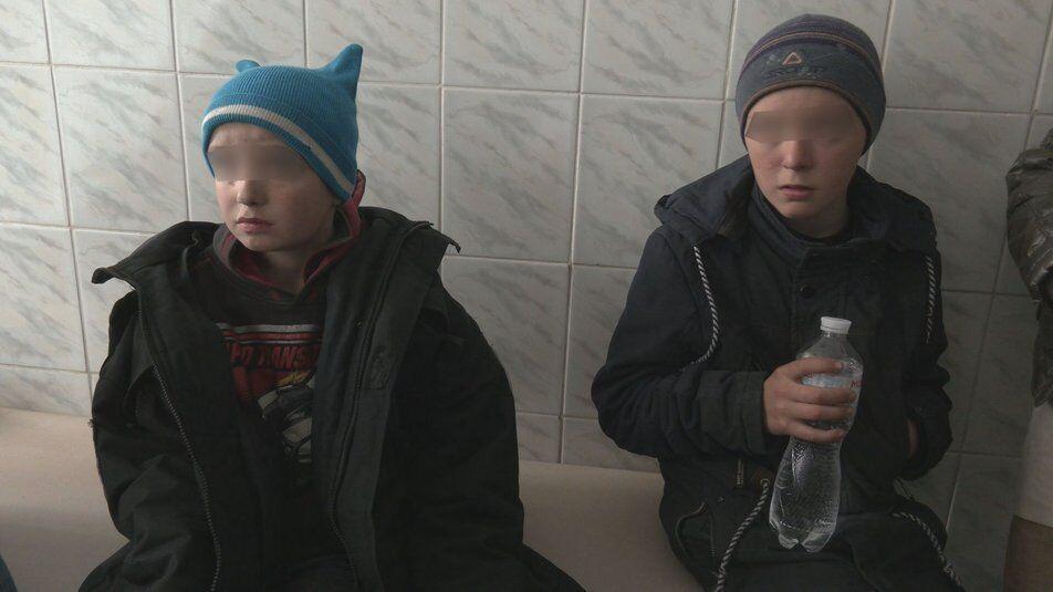 Зниклий хлопчик поруч із братом