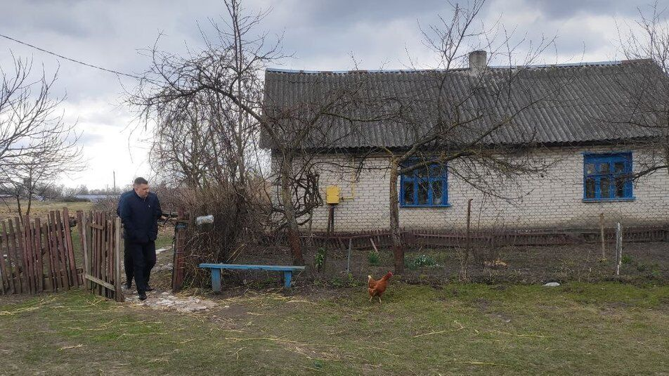 Двір будинку, де проживають діти