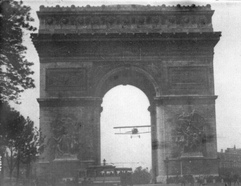Полет Шарля Годфруа через парижскую достопримечательность