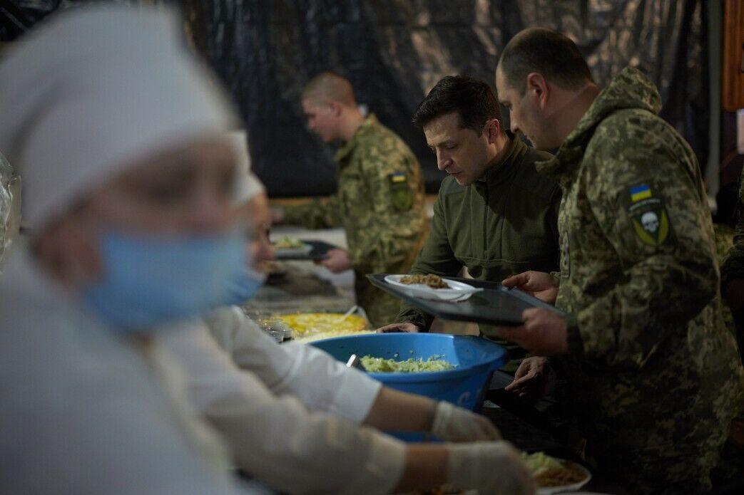 Глава держави пообідав у солдатській їдальні