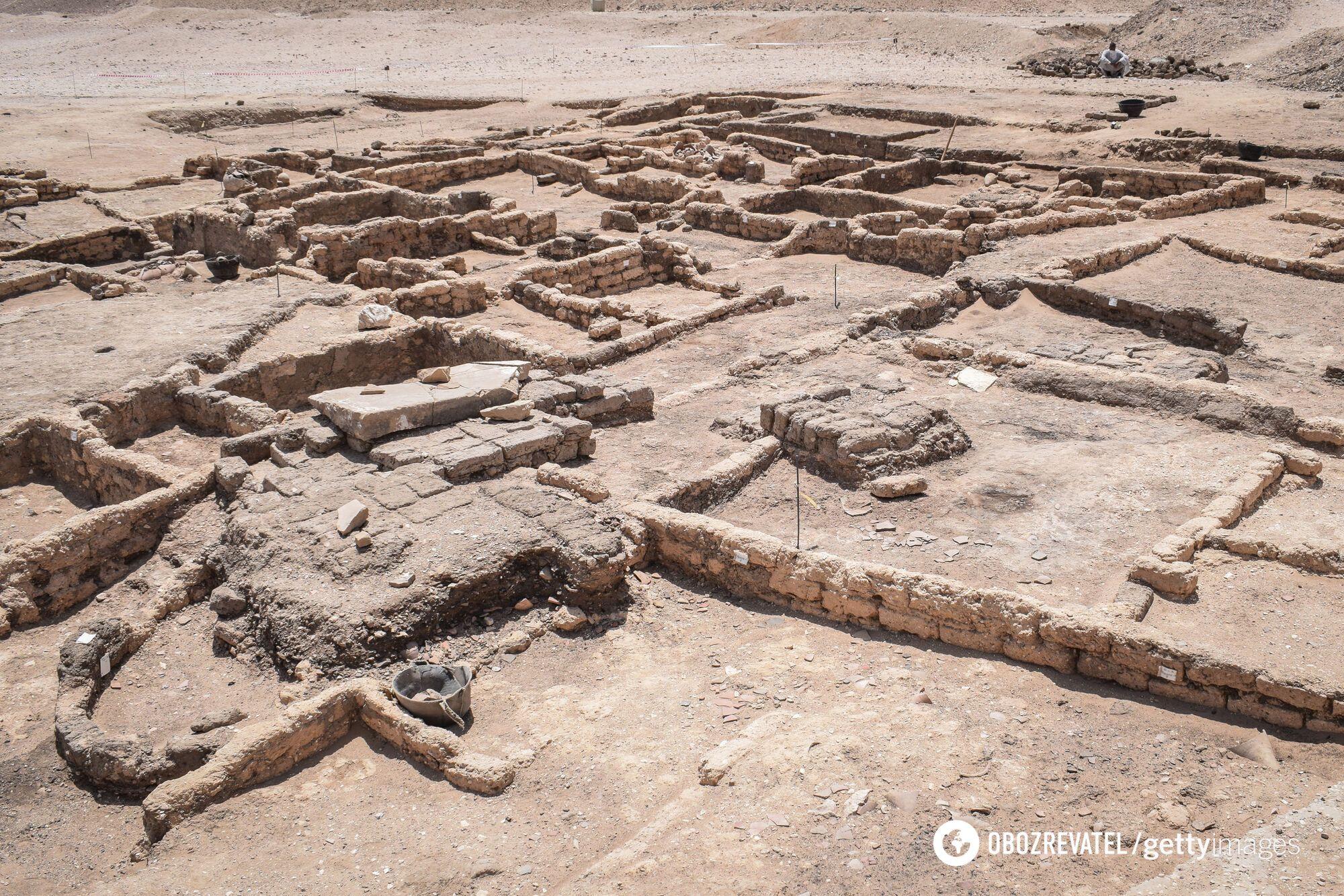 Общий вид руин недавно обнаруженного 3000-летнего города на территории современного Луксора