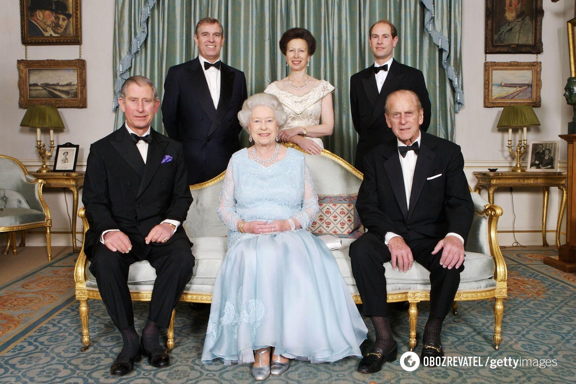 Єлизавета II і принц Філіпп зі своїми дітьми