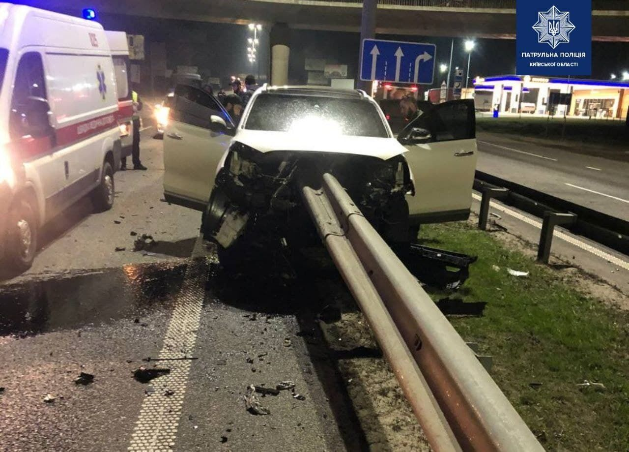 Відбійник пробив наскрізь автомобіль Kia.