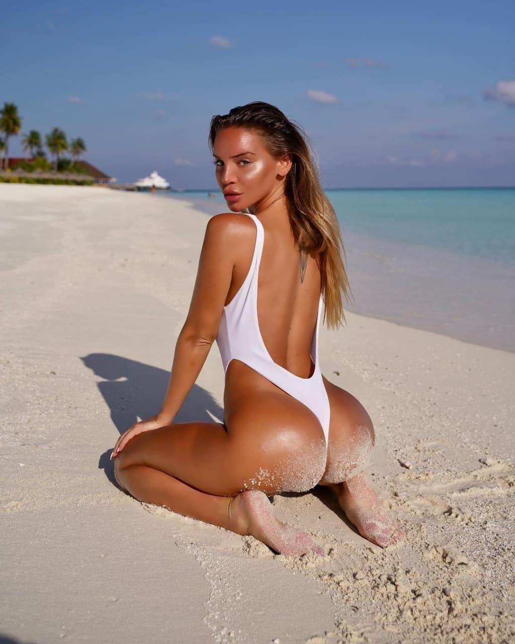 Блогер Борбала позировала на пляже.