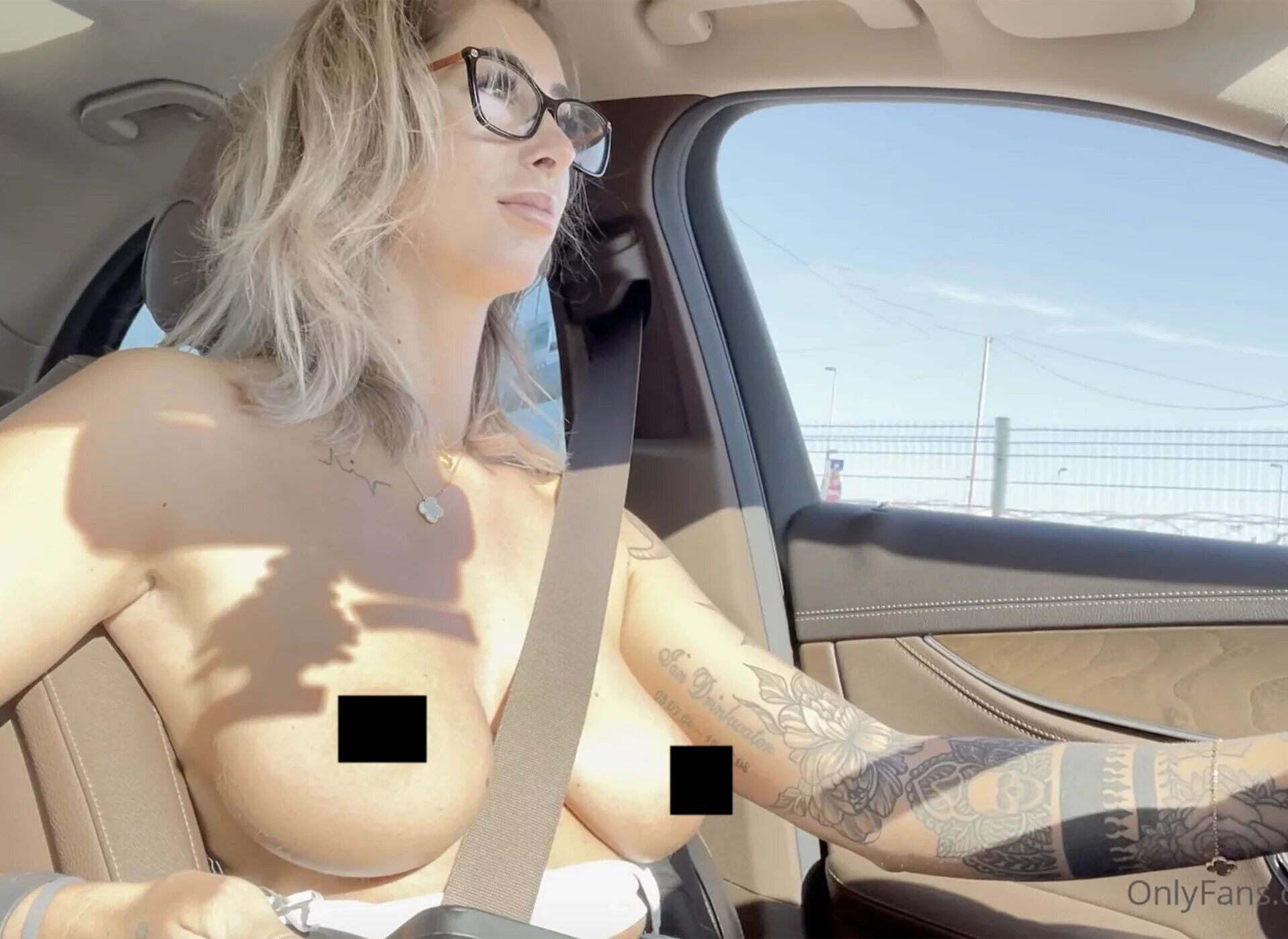 Николь Дринквотер голая за рулем