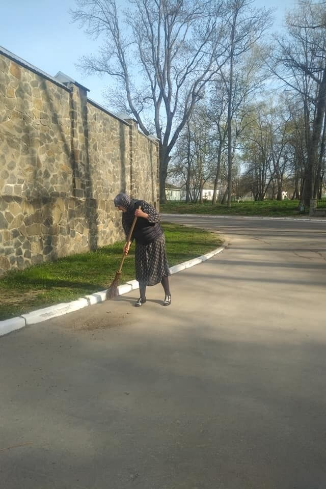 Надія Савченко підмітає вулицю