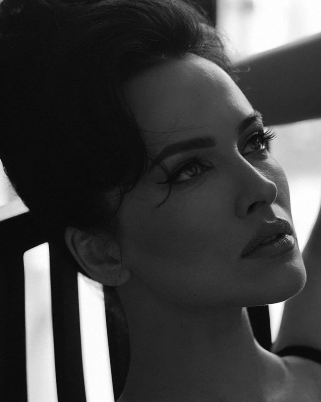 Астафьева поделилась черно-белыми фото.