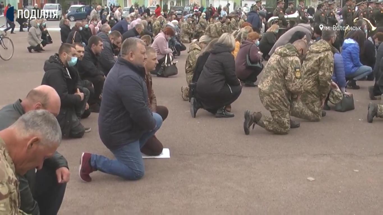Люди зустрічали Героя на колінах