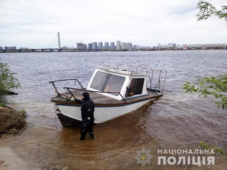 На Днепре нашли полузатопленную лодку без людей.