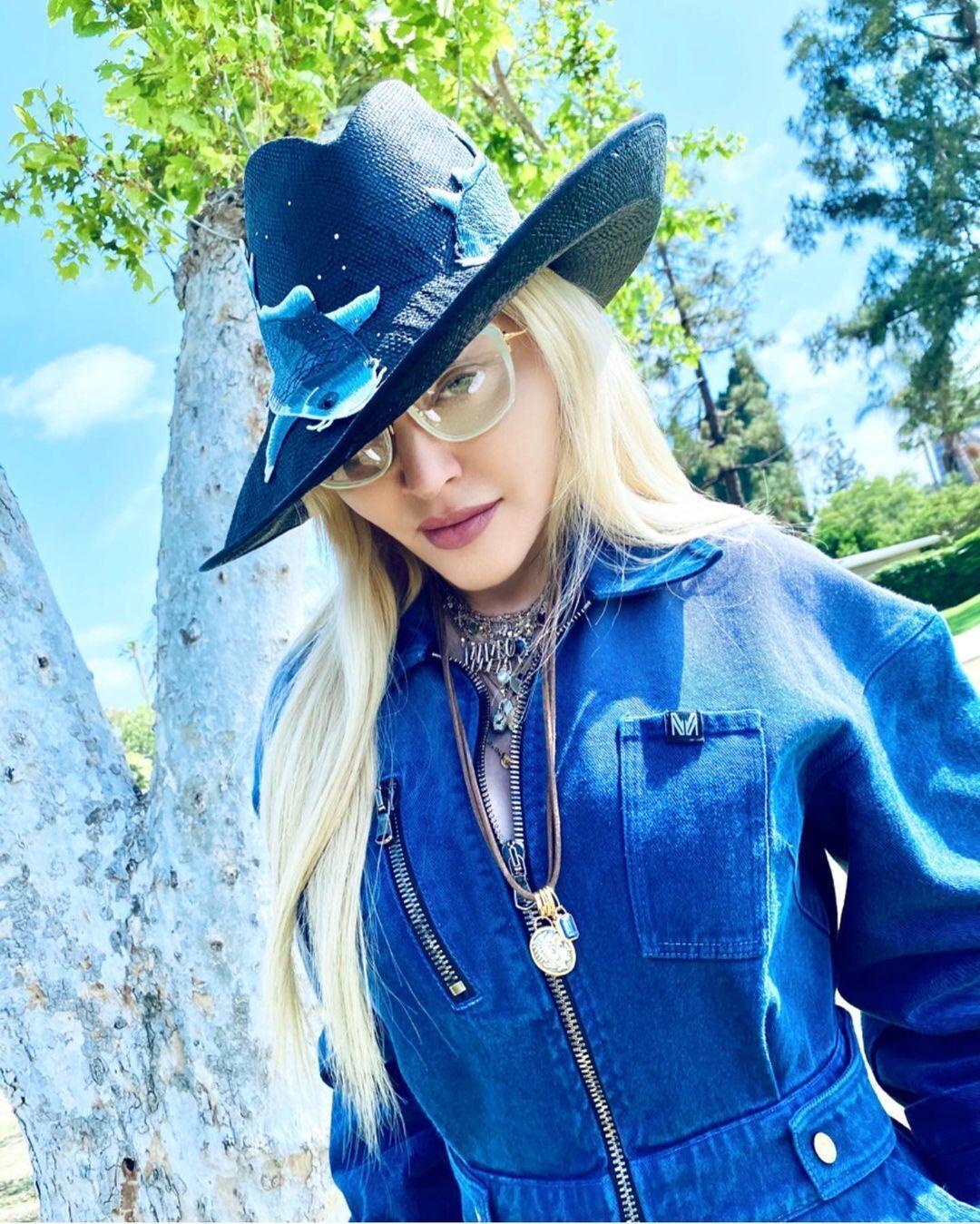 Мадонна в стильном джинсовом образе