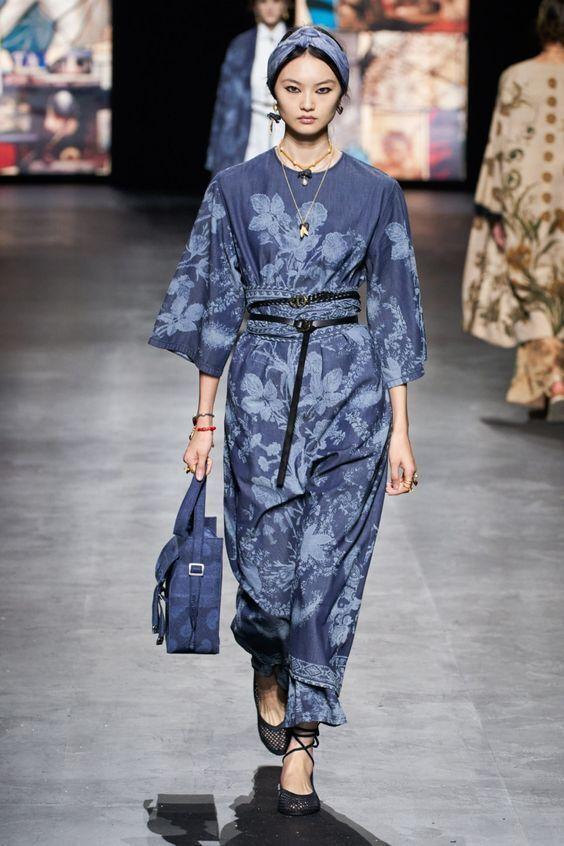 Тренд 2021 – сукня поверх штанів