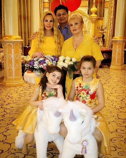 Певица KAMALIYA с мужем, мамой и двумя дочерьми