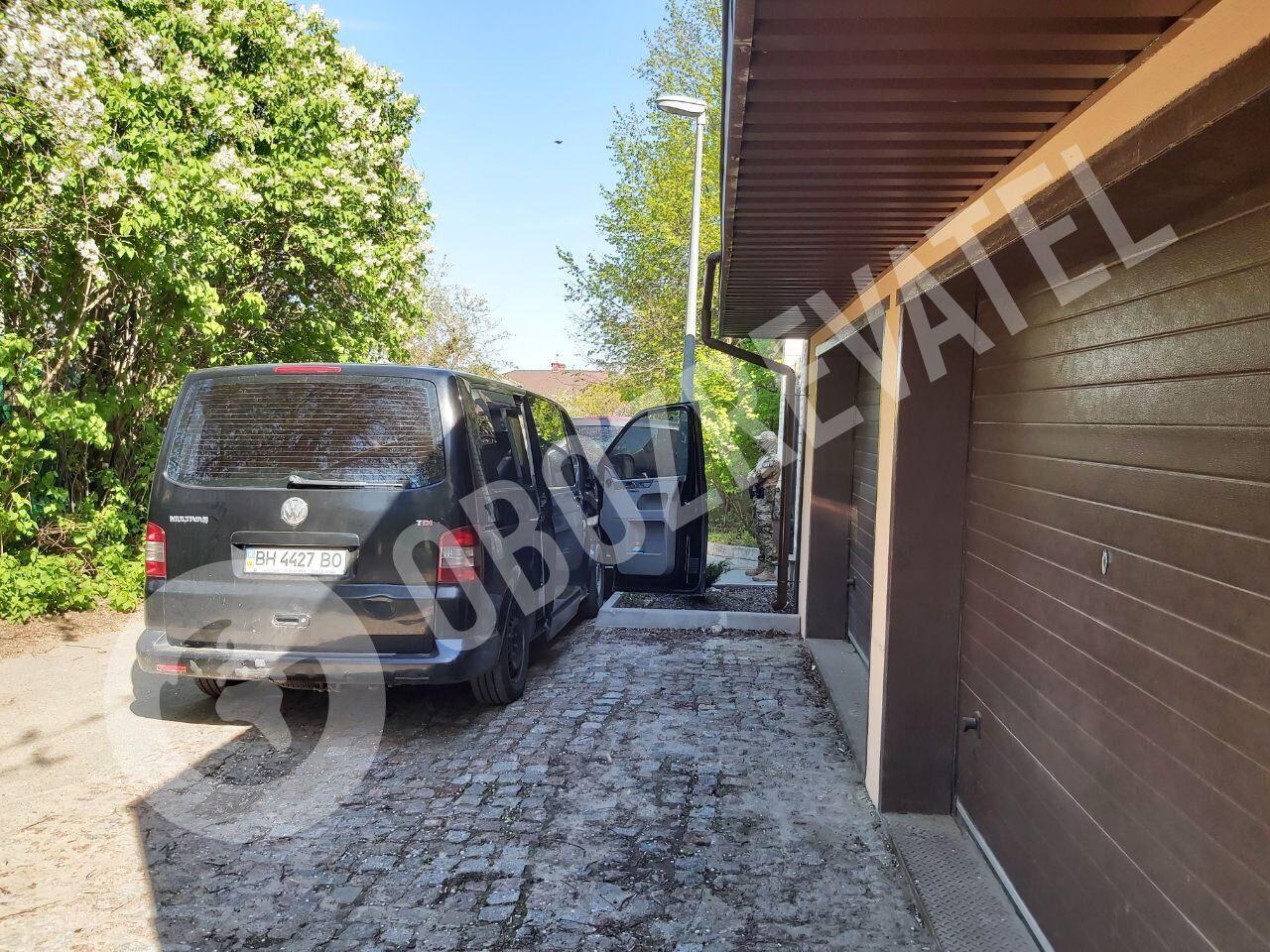 Фото с места обысков в доме Виктора Медведчука