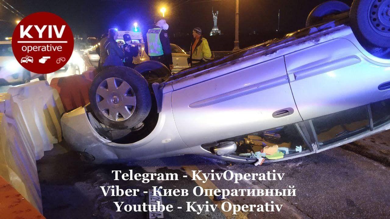 Автомобиль перевернулся на крышу.