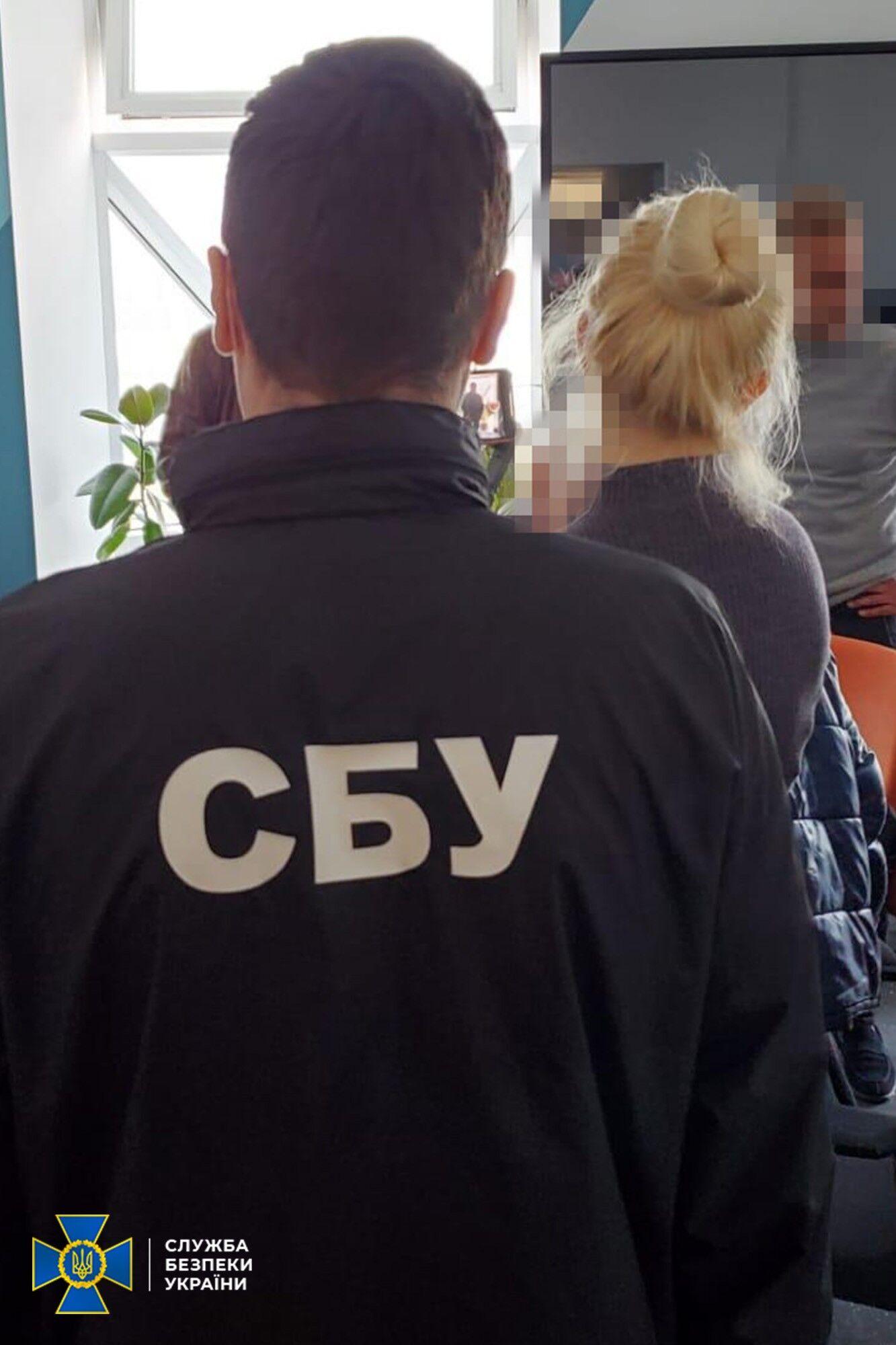 СБУ затримала групу шахраїв, які торгували підробкою вакцини Pfizer