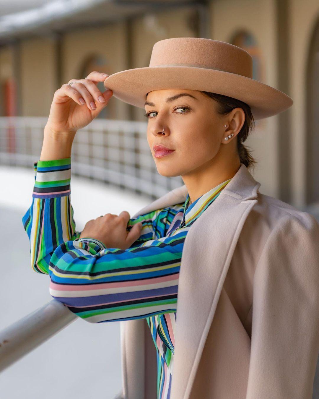 Анастасия Топольская позирует в стильном образе