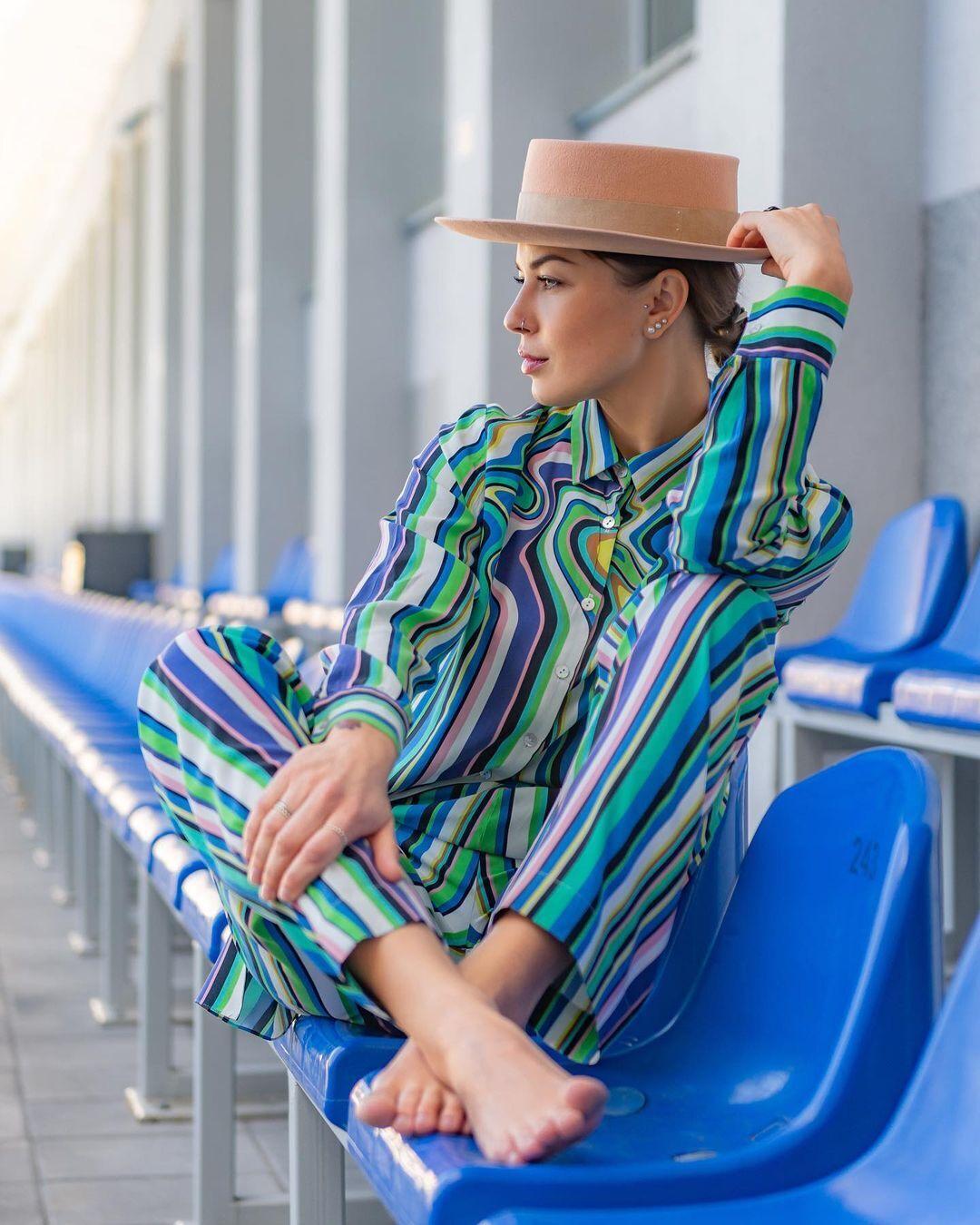 Топольская позирует в трендовом костюме в вертикальную разноцветную полоску