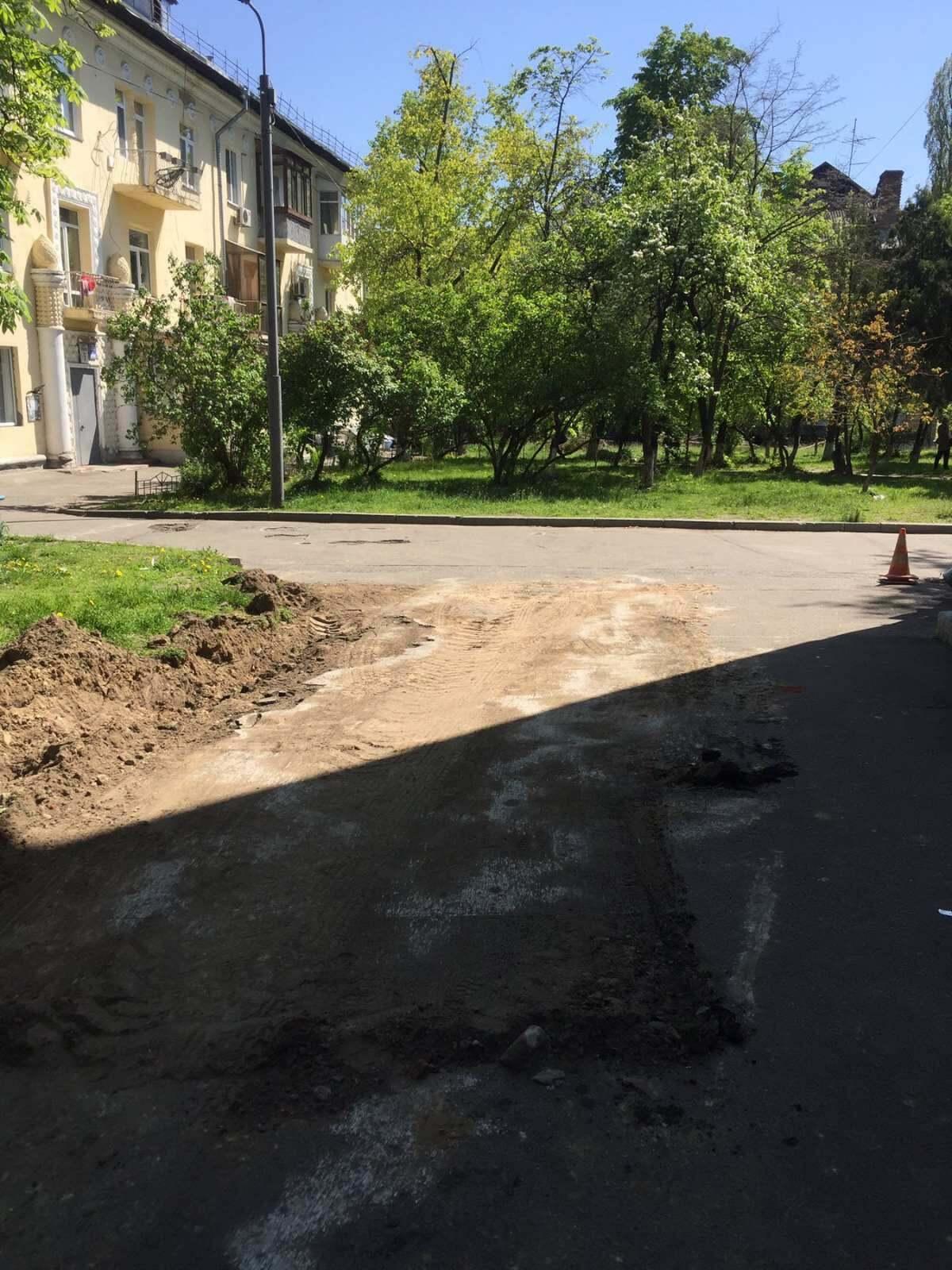 В центре Киева начали ремонтировать дороги во дворах.