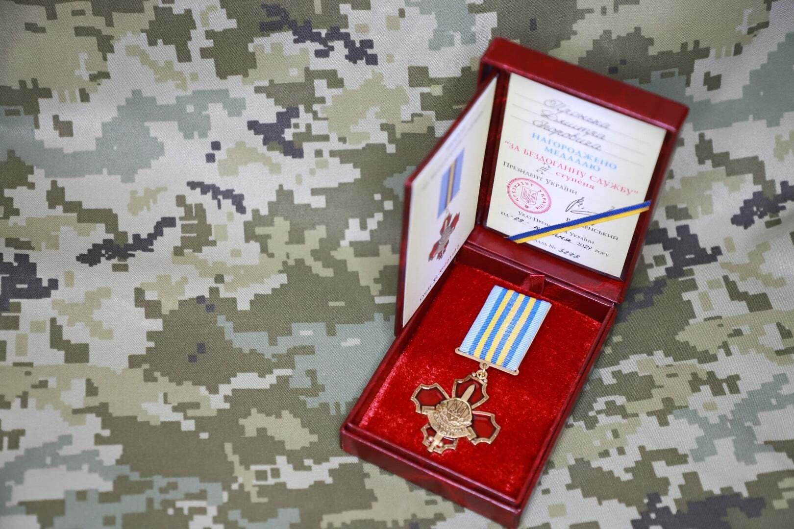 Зеленський нагородив військового, на якого напали в консульстві України