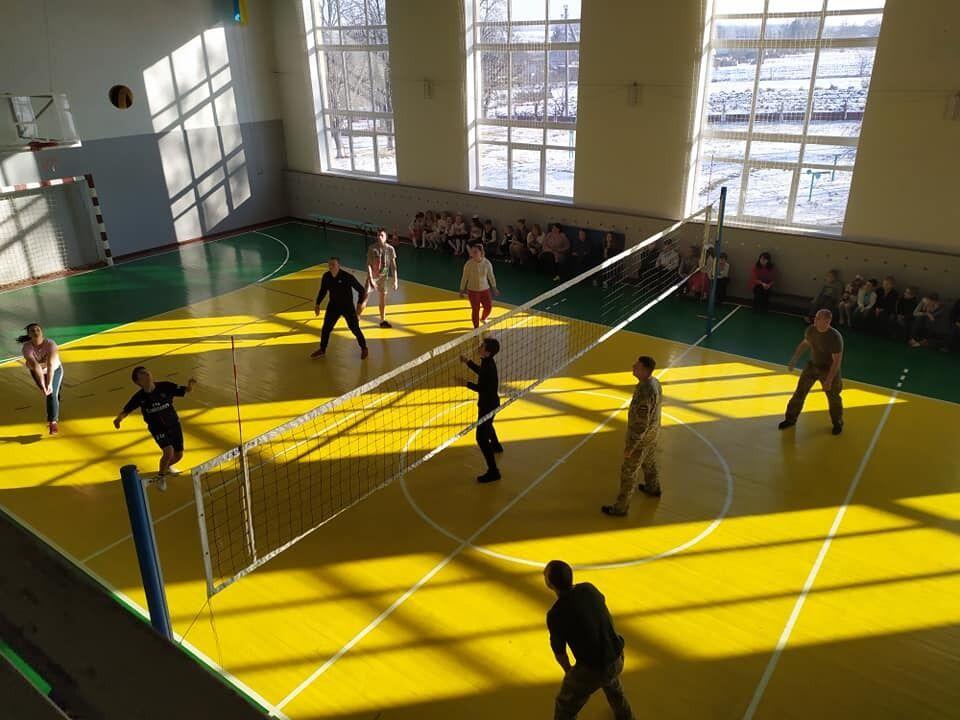 В спортивном зале проводят тренировки как дети, так и взрослые