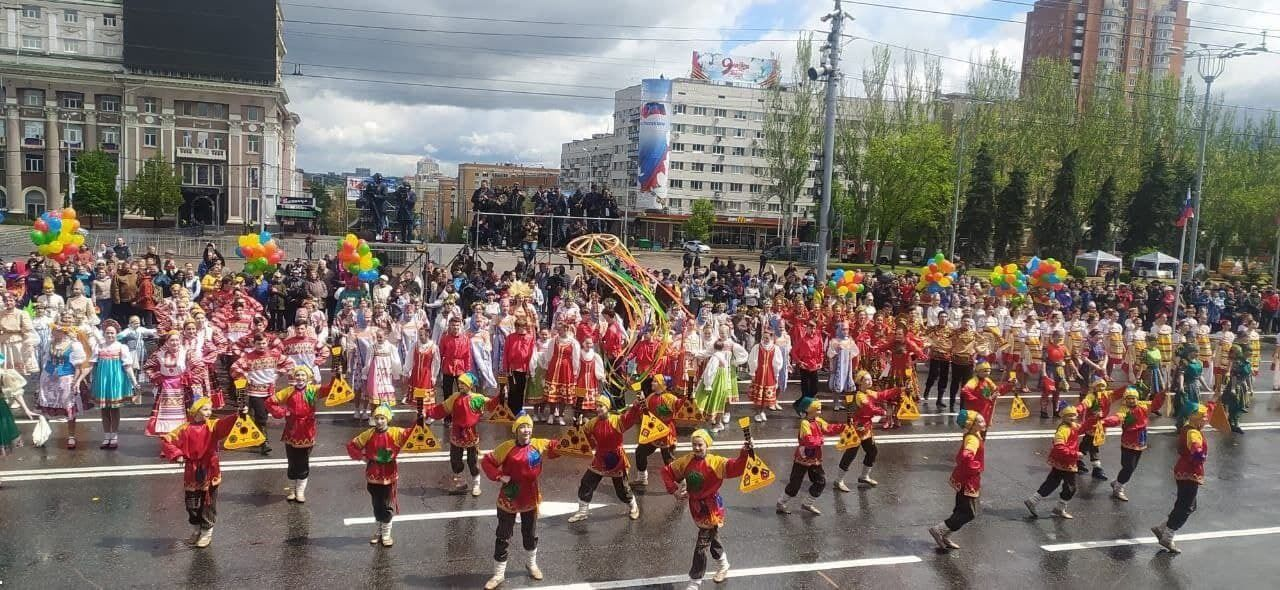 """Детей на парадах в """"Л/ДНР"""" одели в россиские костюмы"""