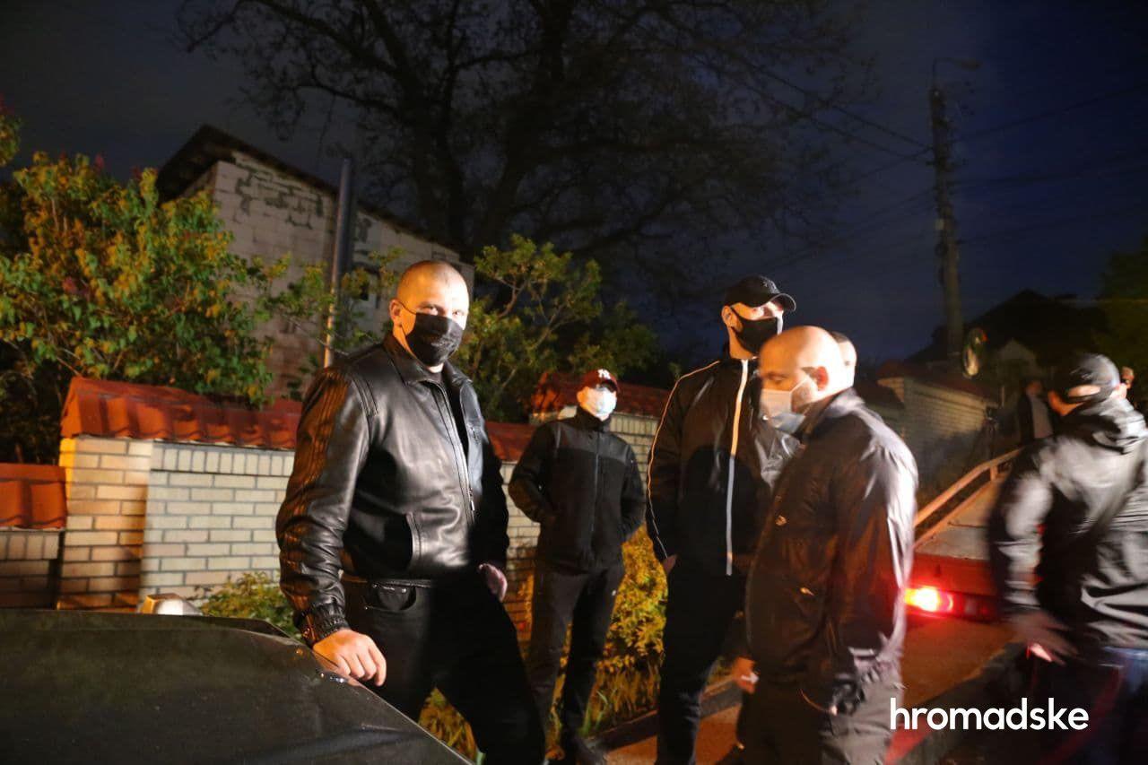 """""""Люди в черном"""" помешали эвакуатору забрать авто Медведчука. Видео"""