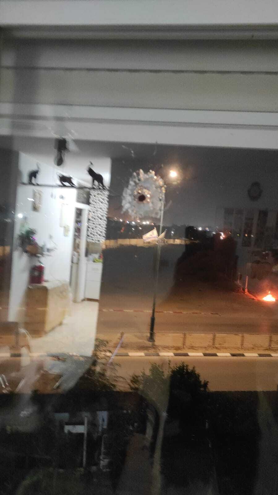 Жителі Лода повідомили про стрілянину по домівках.