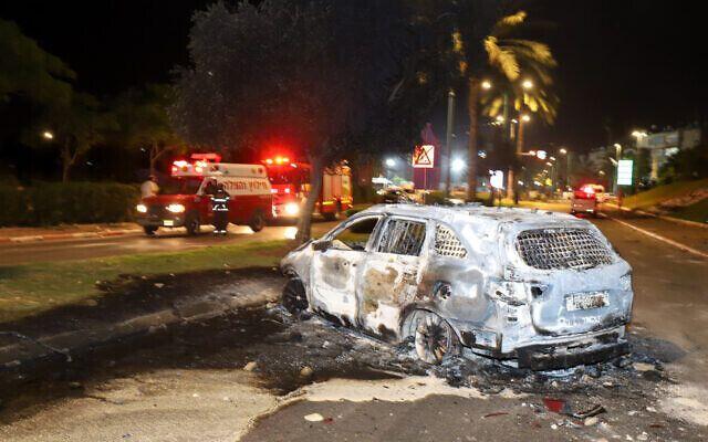 Автомобіль, підпалений арабськими жителями Ізраїлю під час заворушень у місті Лод
