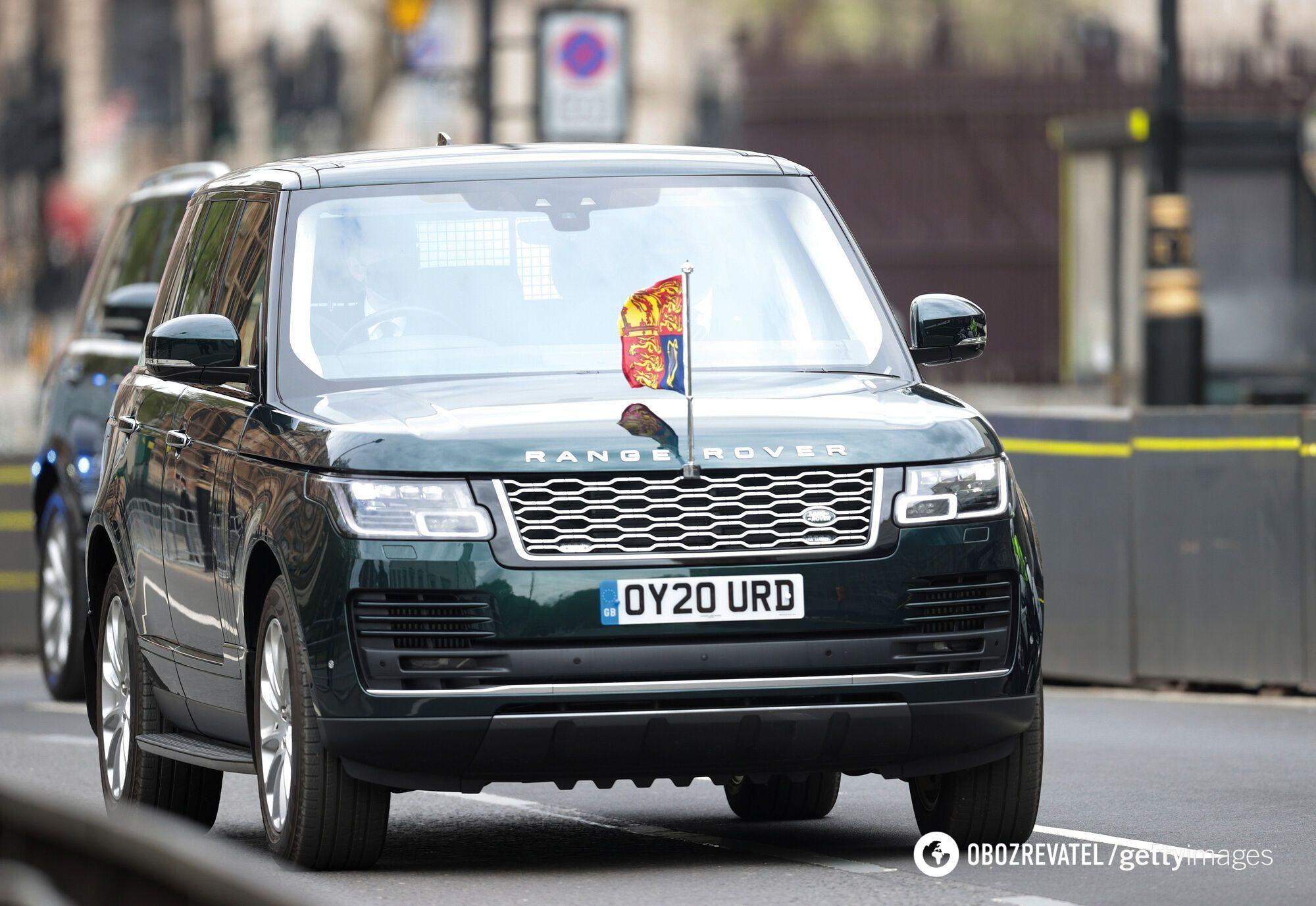 Королева прибыла на автомобиле вместо традиционного экипажа