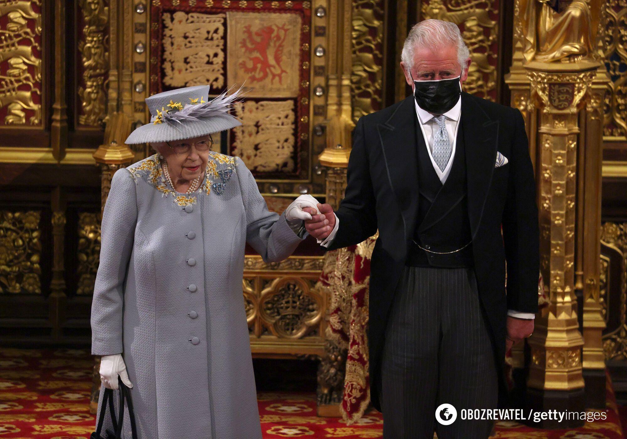 Для выхода в свет Елизавета II выбрала пальто и шляпку