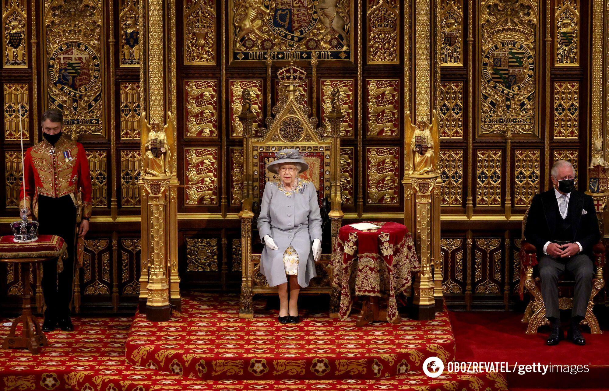 Королева не надела символ ее власти – корону, которая весит почти килограмм