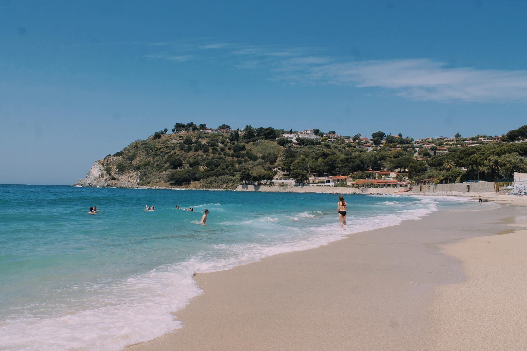 Тосканське узбережжя славиться своїм м'яким кліматом, піщаними пологими берегами і сосновими борами.