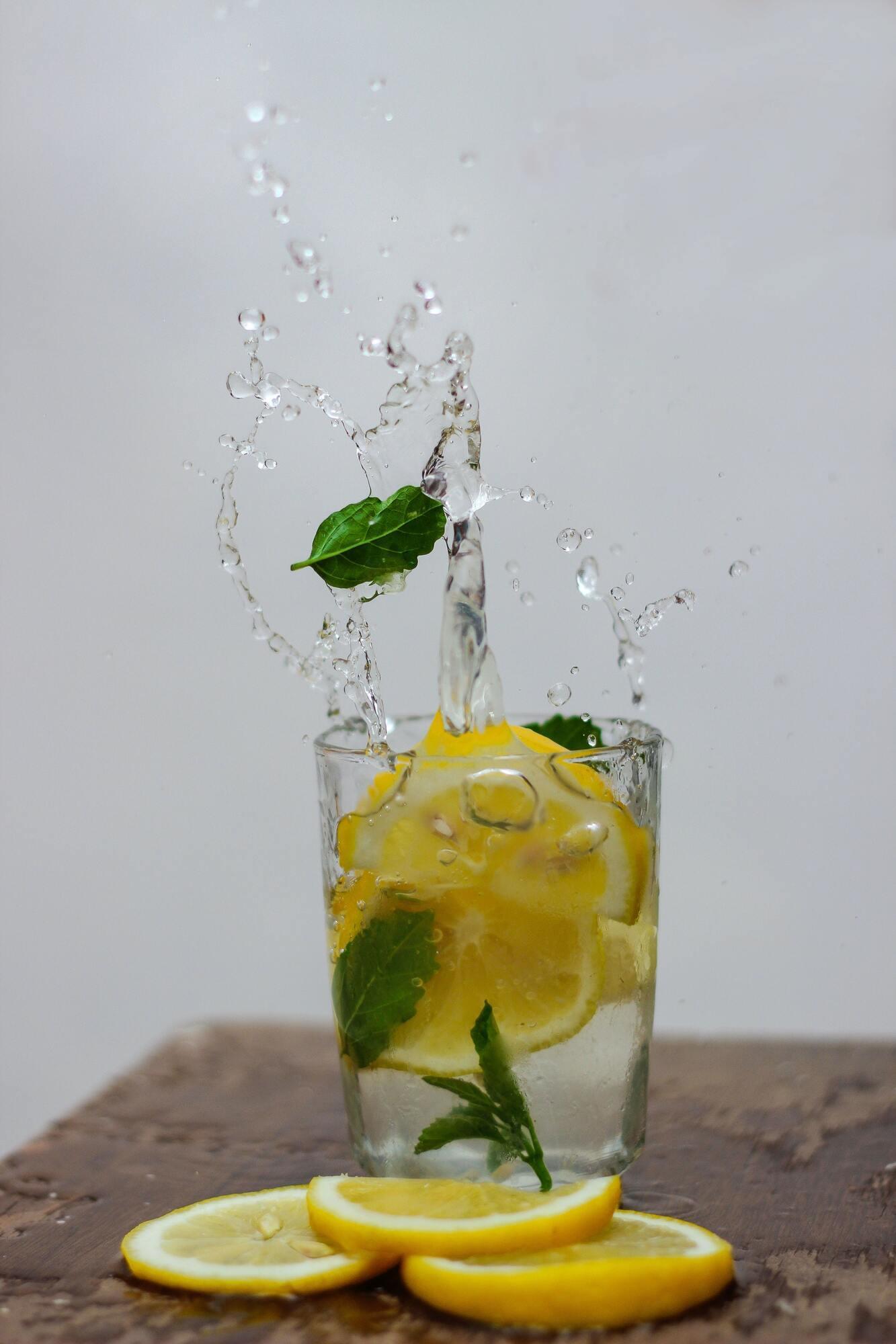 Лимонная вода по утрам действует как слабительное