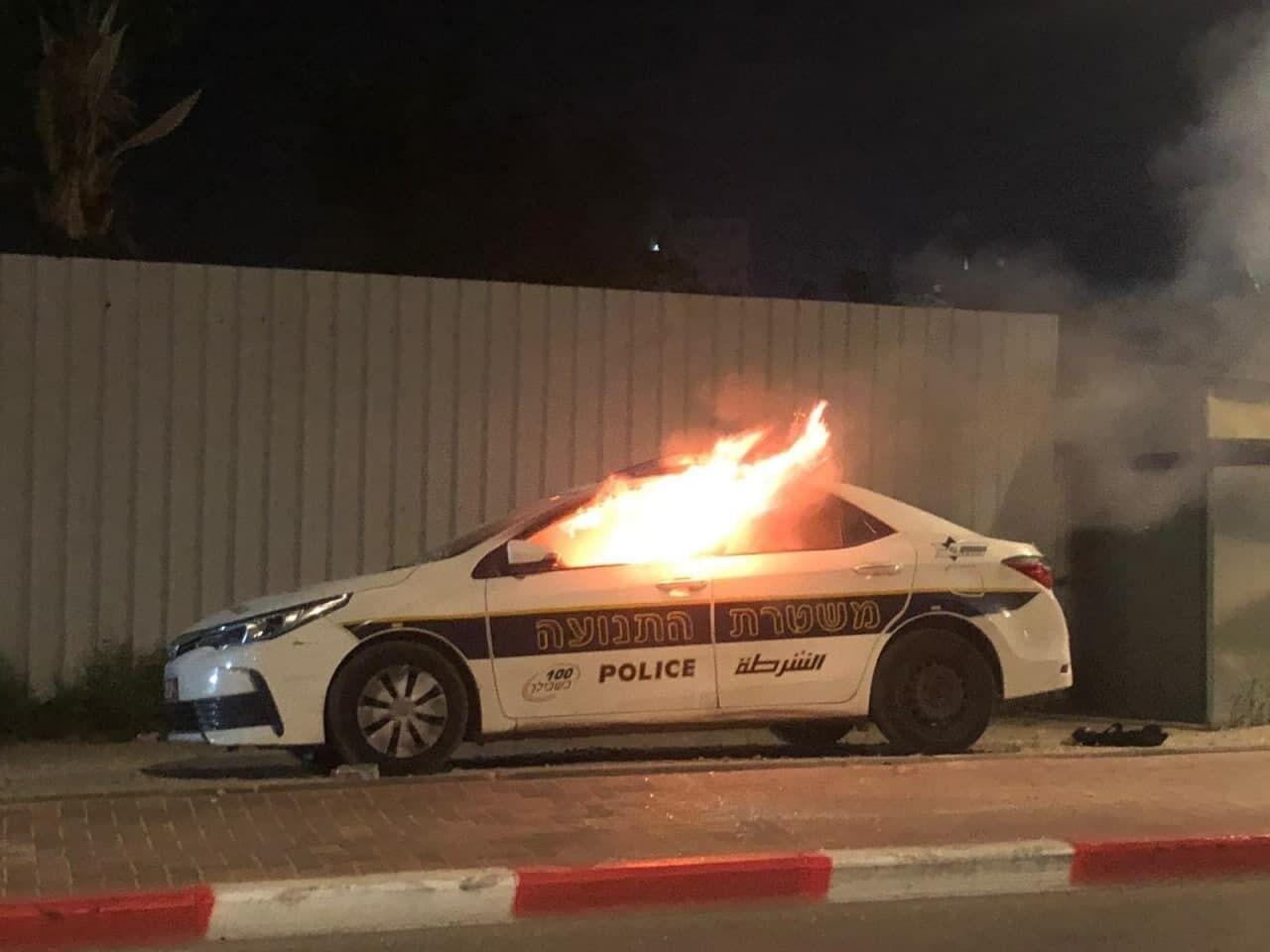 У місті Лод підпалили авто поліції.