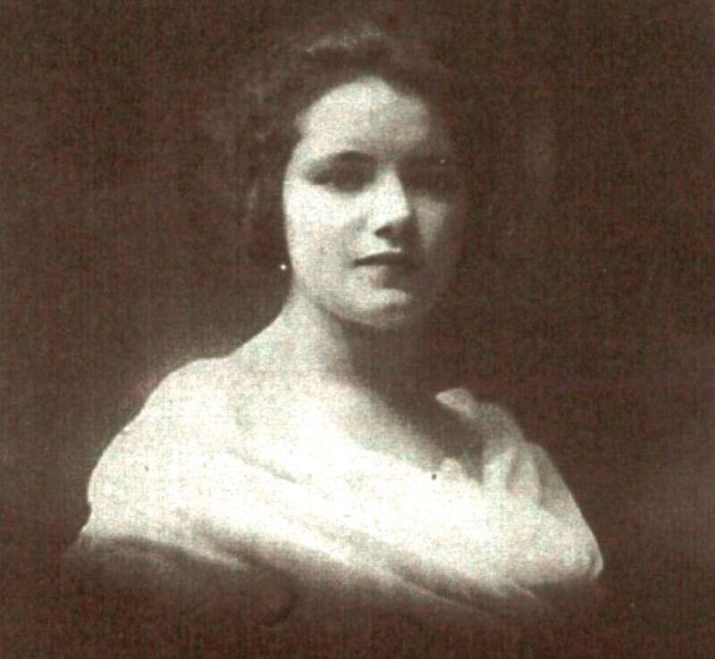 На цій фотографії зображена Марі Лефевр, мати письменниці Матильди.