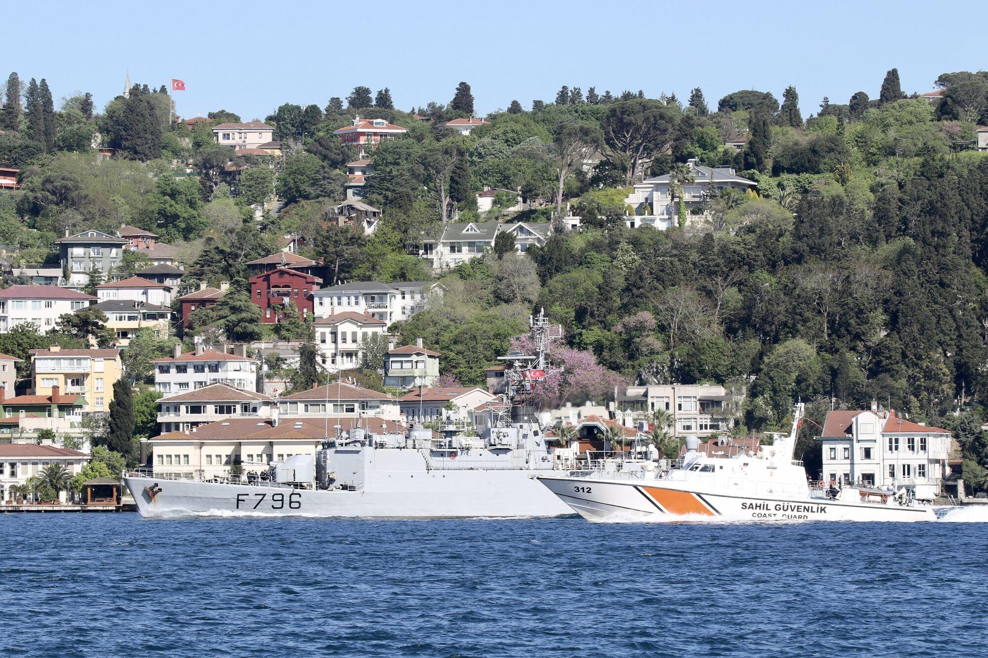 """Корвет """"Командир Біро"""" до Чорного моря супроводжував катер берегової охорони Туреччини"""