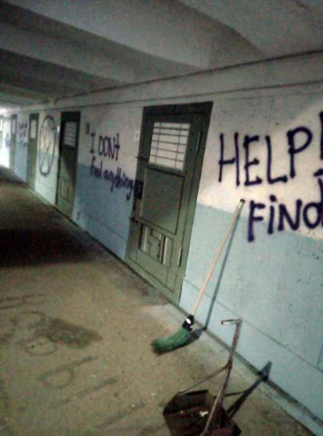 На стінах вандали залишили нецензурні написи.