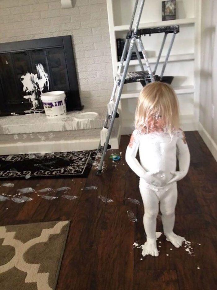 Дівчинка пірнула у відро з фарбою для стелі
