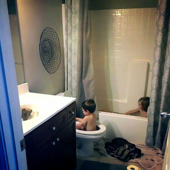 Брати не поділили ванну кімнату.