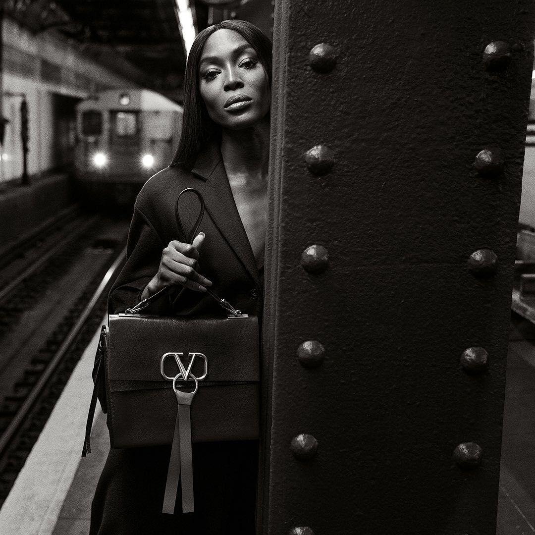 На фото Наоми Кэмпбелл гуляет по станции.
