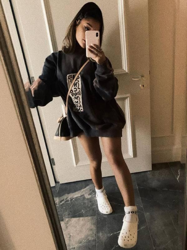 Ариана Гранде в модных кроксах