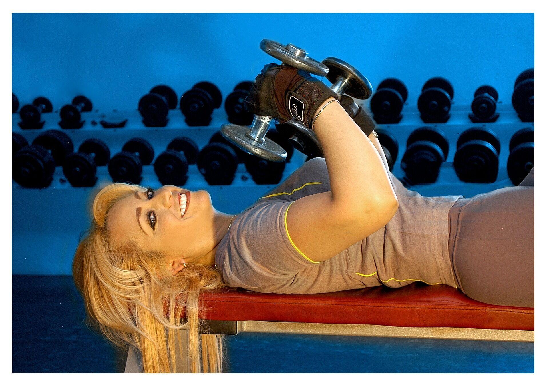 Жим гантелей лежачи можна виконувати на килимку або на гімнастичній лаві