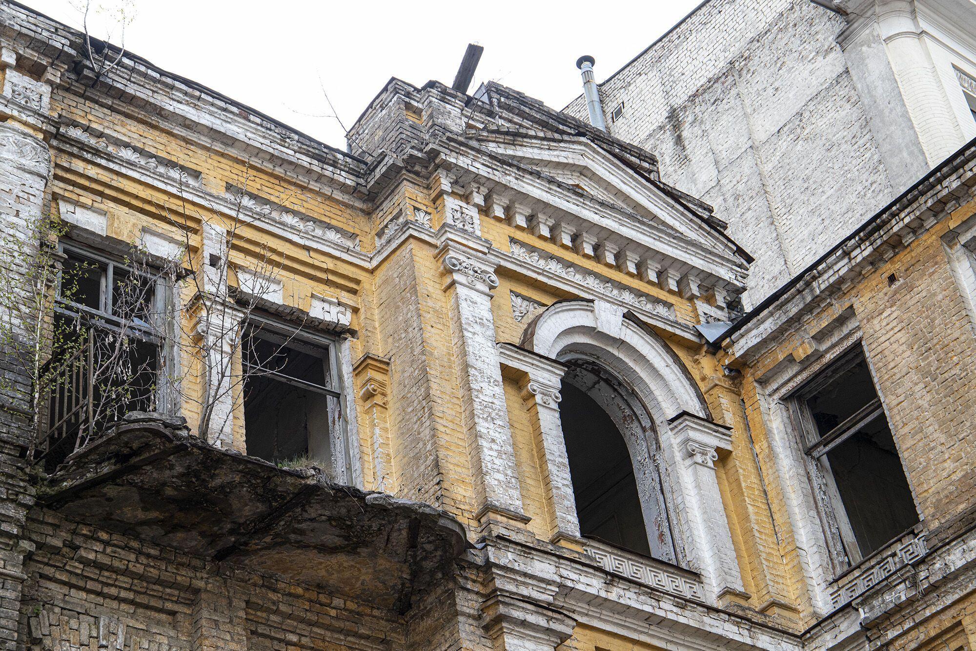 Здание разрушается.