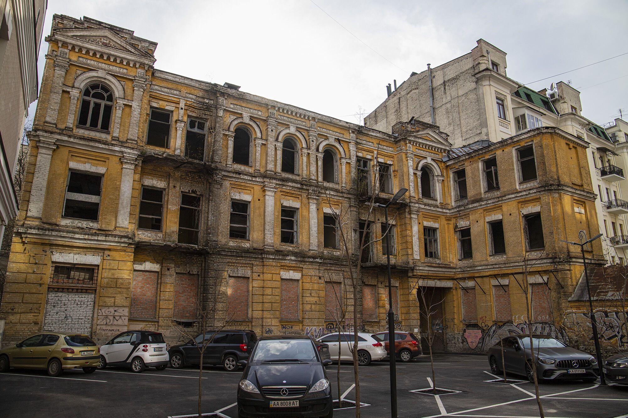 Здание находится в аварийном состоянии.