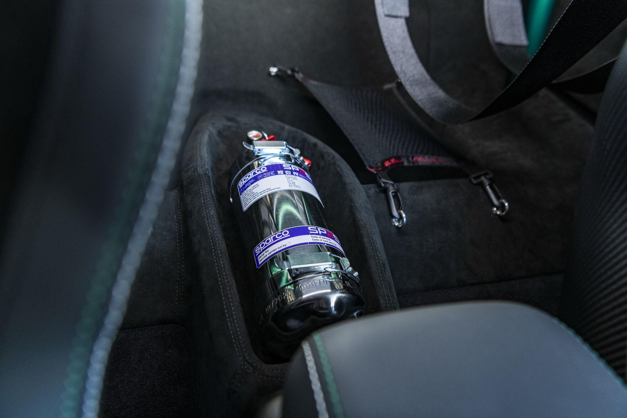 нет заднего ряда сидений, вместо которых установили каркас безопасности и отделение для пары шлемов