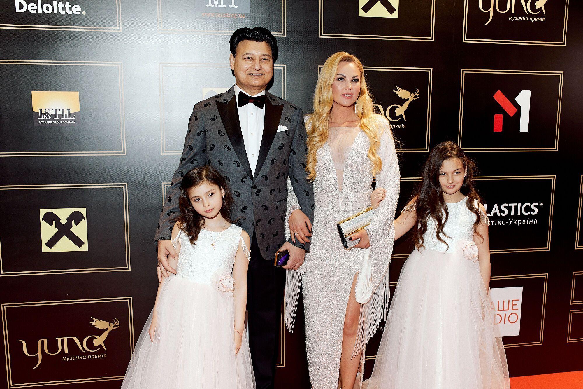 Камалия с семьей на премии