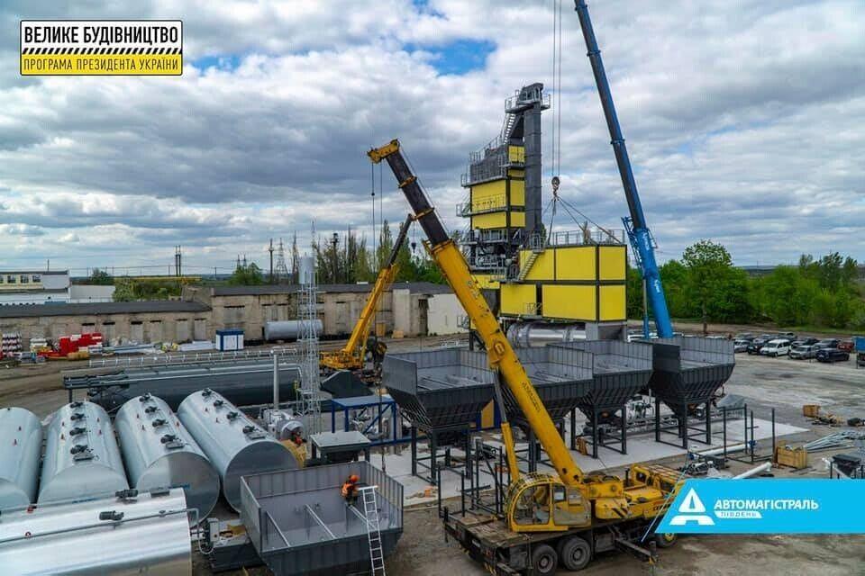 Монтаж заводу в Павлограді здійснюється двома кранами